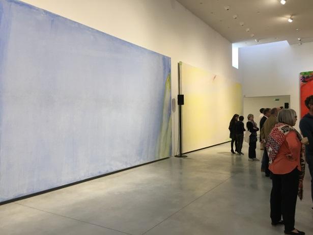 """""""Coulée bleu clair du matin, trace jaune"""" suivie d'une toile sans titre, exposée au CCCOD."""