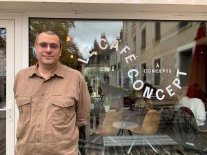 Grégori Colin devant Le Café Concept, place de la Victoire à Tours